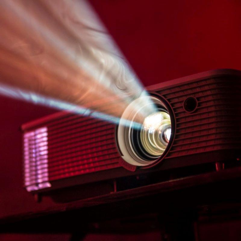 ワンルームでもホームシアター実現可能!超短焦点プロジェクターの実力の写真
